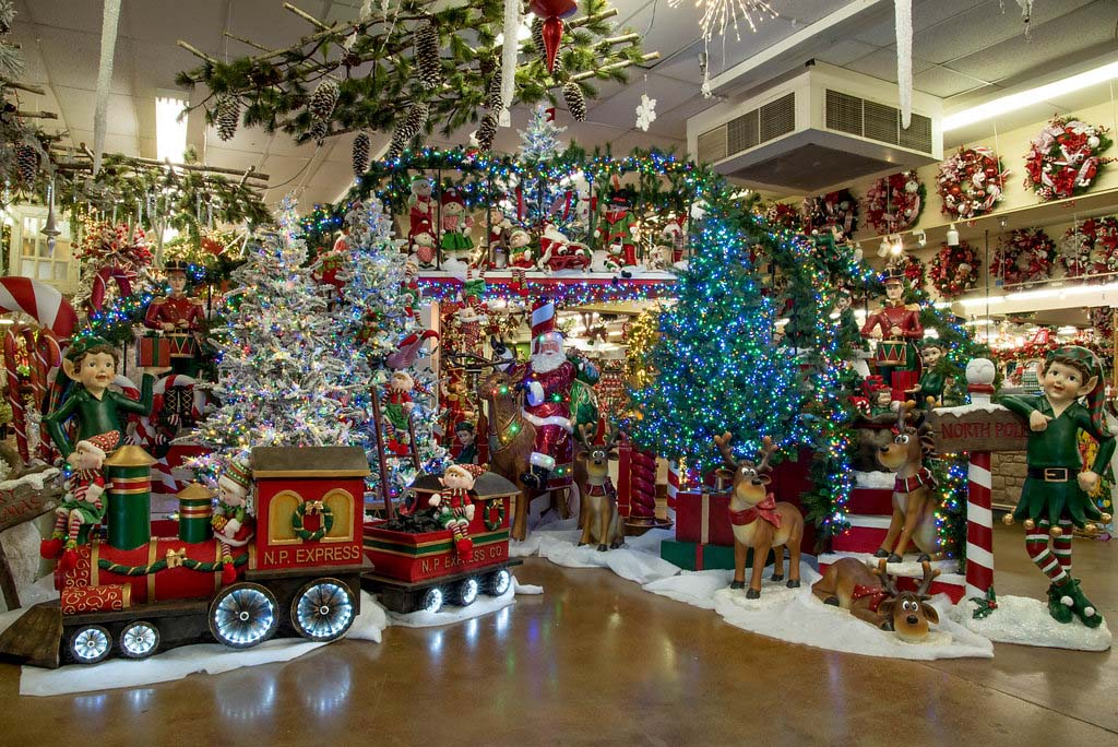 Decorators warehouse texas 39 largest christmas store for The christmas shop